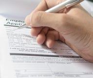 有笔的手在申请表,在个人细节的填装的名字 免版税库存图片