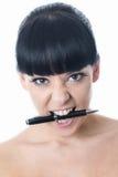 有笔的搅动的被注重的沮丧的少妇在嘴 库存照片