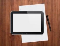 有笔的数字式片剂在桌面上 免版税图库摄影