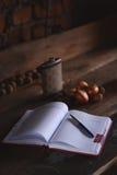 有笔的空白的笔记本在木桌,企业概念上 免版税库存照片