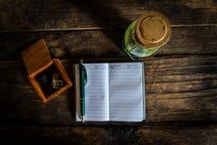有笔的笔记本和灯笼老在老木书桌上 顶视图 免版税库存图片