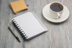 有笔的笔记本在一张老土气桌上 Stationery.scratch paper.beige纸覆盖.grunge老纸design.stack 库存照片