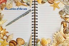 有笔的被打开的笔记本构筑与海壳 库存图片
