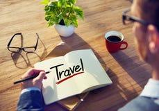 有笔记和一次单词旅行的人 库存照片