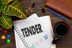 有笔记招标的笔记本在与工具的办公室桌上 联系人 免版税库存图片