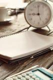 有笔记本、笔、计算器有信用卡的和分类的工作场所 免版税库存图片