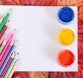 有笔记本和秋叶的色的铅笔 免版税库存图片