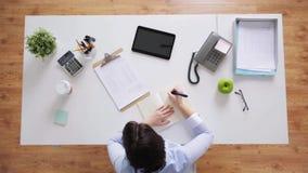 有笔记本和纸的女实业家在办公室 股票视频