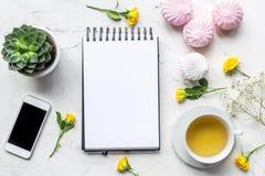 有笔记本和花白色大理石背景顶视图大模型的妇女书桌 免版税库存照片
