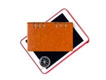 有笔记本旅途日志指南针的片剂旅行概念的 免版税库存图片