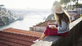 有笔记本的坐在屋顶附近的少女和笔 影视素材