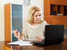 有笔记本的妇女和文件在办公室 库存照片