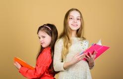 有笔记本的小女孩 友谊和妇女团体 写的作业簿 r 读书的学生 免版税图库摄影