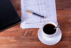 有笔记本的计算机膝上型计算机,笔,铅笔在书桌,企业概念上的咖啡杯 图库摄影