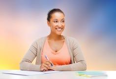 有笔记本的非裔美国人的学生女孩 免版税图库摄影
