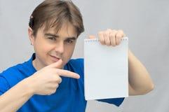 有笔记本空的纸的人  免版税库存照片