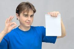 有笔记本空的纸的人  免版税库存图片