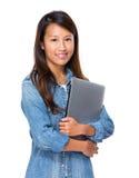 有笔记本计算机的新加坡妇女 免版税库存图片