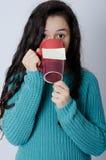 有笔记的女孩关于杯子 免版税库存图片