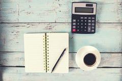 有笔记薄和咖啡的计算器 库存图片