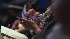 有笔记薄的女孩在会议室坐并且移动屏幕 股票 女性手特写镜头键入sms  股票录像
