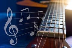 有笔记象的声学吉他在线 免版税库存照片
