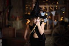 有笤帚的疯狂的女孩巫婆 童年万圣夜 库存照片