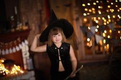 有笤帚的疯狂的女孩巫婆 童年万圣夜 库存图片