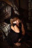 有笤帚的疯狂的女孩巫婆 童年万圣夜 免版税库存图片