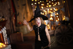 有笤帚的疯狂的女孩巫婆 童年万圣夜 免版税库存照片