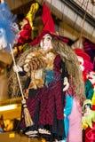 有笤帚的,牵线木偶-传统纪念品玩偶巫婆在Prag 库存照片