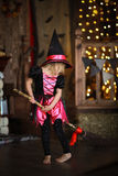 有笤帚跳舞的女孩巫婆 童年万圣夜 免版税库存图片