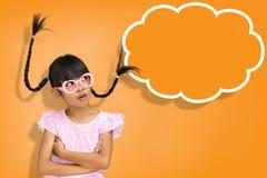 有符号演讲泡影横幅的小女孩 免版税库存照片