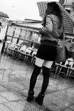 有等待与伞的微型裙子的妇女 免版税图库摄影