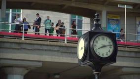 有等待在它后的通勤者的时钟 股票视频