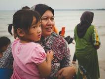 有等待她的母亲的女孩发布小乌龟给海 库存照片