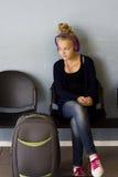有等待的耳机的女孩旅行 库存图片