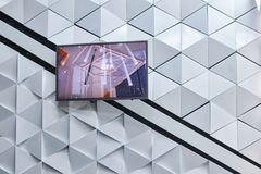 有等离子电视的多角形未来派白色墙壁 图库摄影