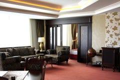 有等高轮廓色_的客厅在天花板 使用沙发和两把扶手椅子 免版税库存图片