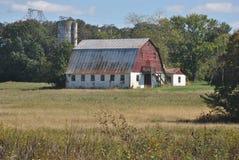 有筒仓的红色谷仓 库存图片