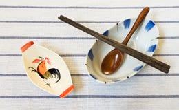 有筷子和木匙子的传统泰国鸡碗 免版税库存照片