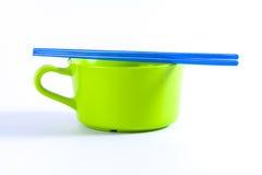 有筷子的五颜六色的碗 库存图片