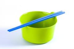 有筷子的五颜六色的碗 免版税图库摄影