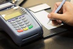 有签署的交易的信用卡机器 免版税库存图片