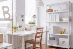 有简单的椅子的书房 免版税图库摄影