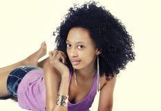 有简略卷曲的长的头发的可爱的少妇 免版税库存照片