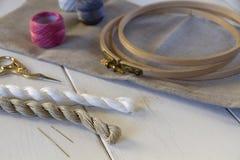 有箍和螺纹的刺绣工具 免版税图库摄影