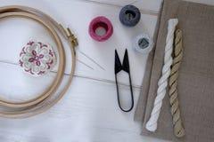 有箍和螺纹的刺绣工具 库存图片