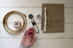 有箍和螺纹的刺绣工具 图库摄影