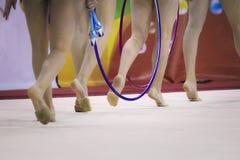 有箍和钉头锤的女孩体操运动员 免版税库存图片